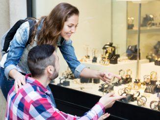 Mann und Frau vor einem Uhrengeschäft