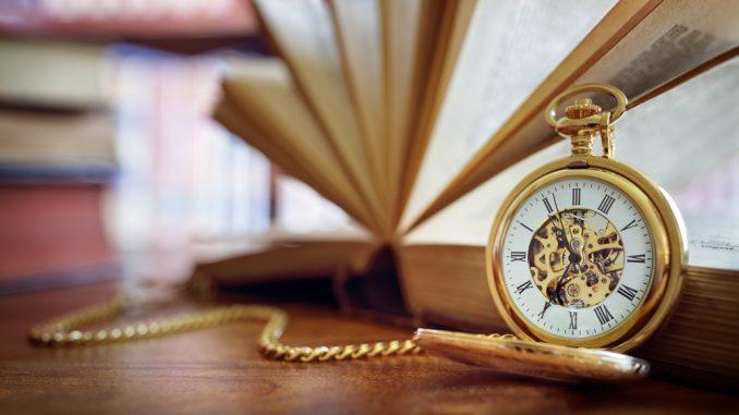 Taschenuhr vor einem Buch