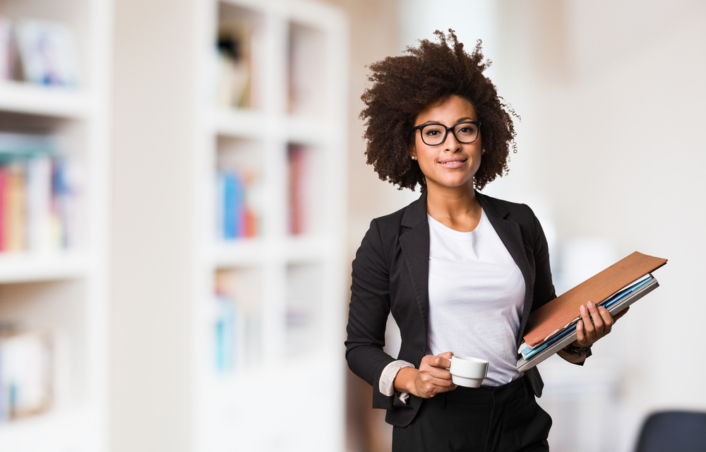 Business Frau vor einem Regal