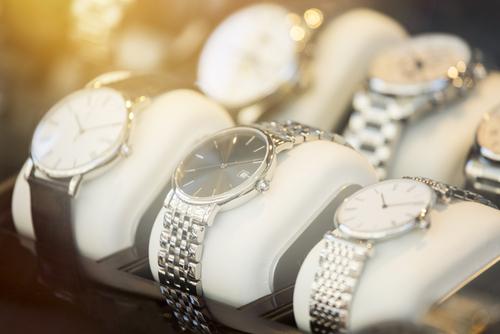 Mehrere Uhren in der Auslage