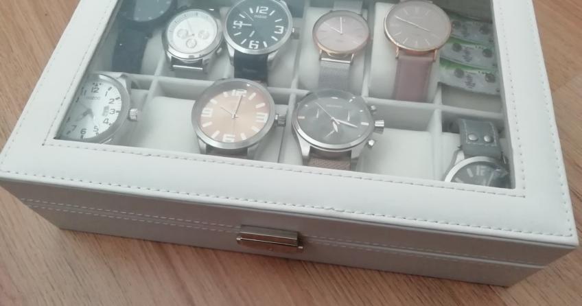 Eine weiße Uhrenbox mit Damenuhren