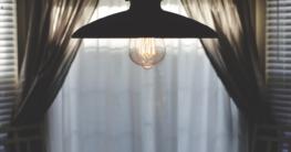 Eine Deckenlampe leuchtet