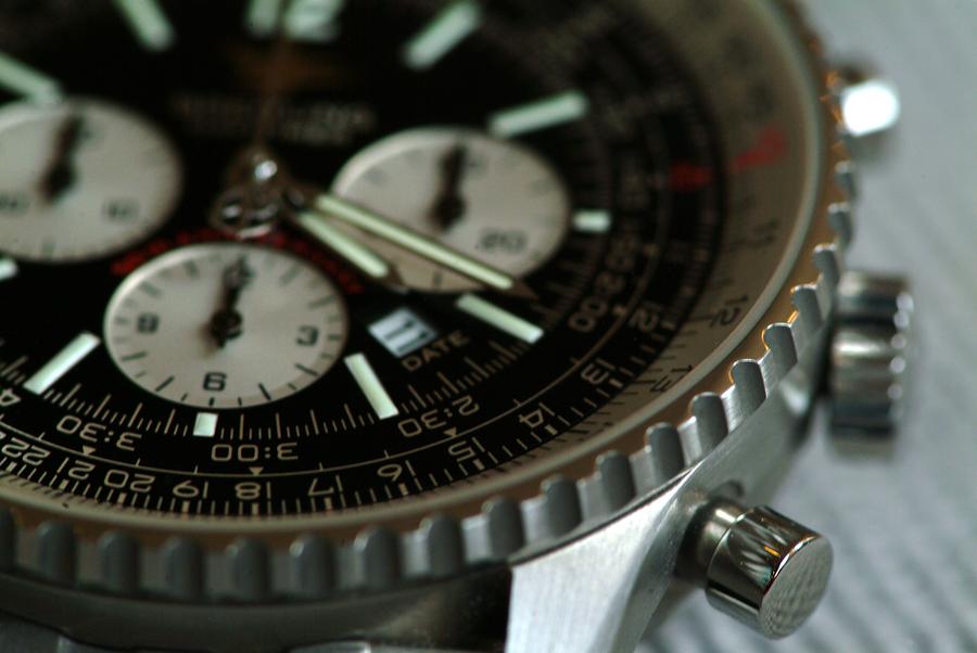 Breitling Chronograph Macro auf dem Tisch.
