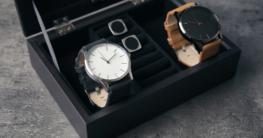 Zwei Armbanduhren in Aufbewahrungsbox