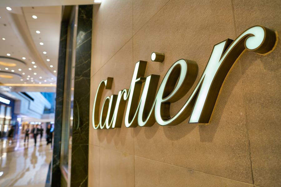 Cartier als Logo und Schriftzug an einer Wand