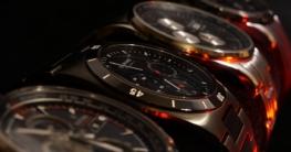 Mehrere Armbanduhren in Reihe aufgestellt.