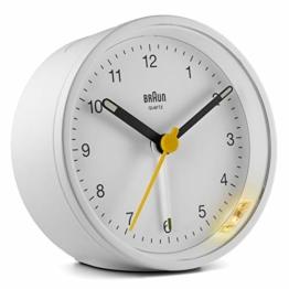Braun Klassischer analoger Wecker mit Schlummerfunktion und Licht, ruhiges Quarzuhrwerk, Crescendo-Alarm in Weiß, Modell BC12W - 1