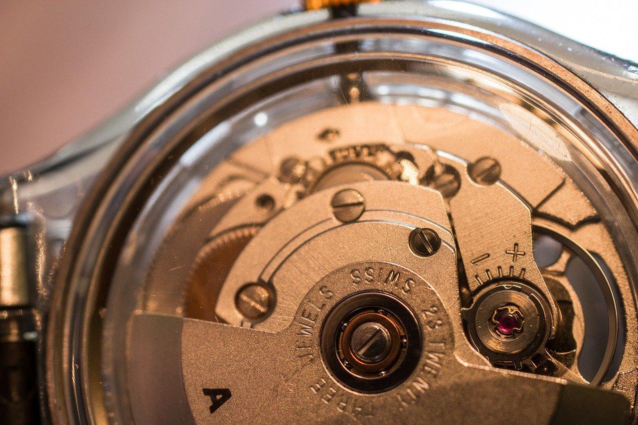 Offenes Gehäuse einer Automatikuhr mit Blick auf das Uhrwerk