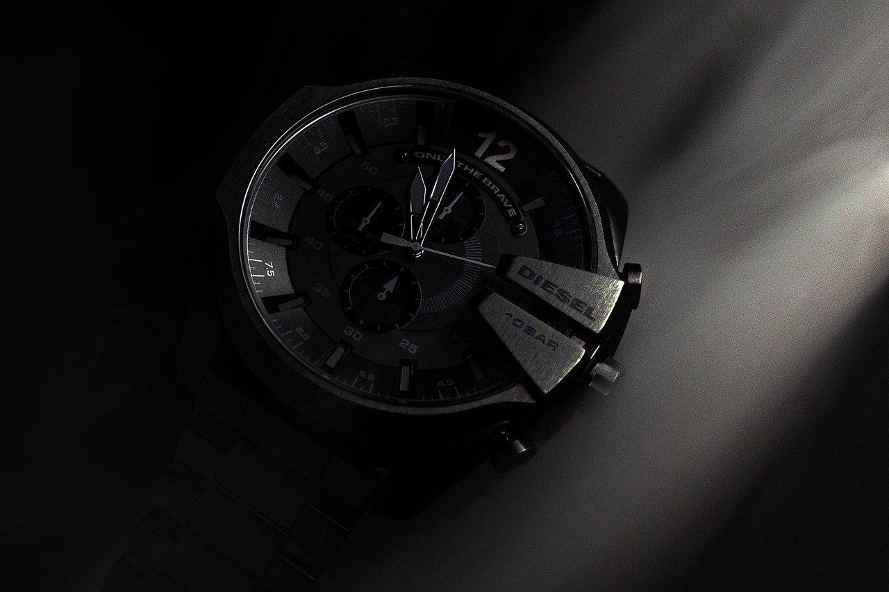 Schwarze Diesel Armbanduhr auf dunklem Hintergrund