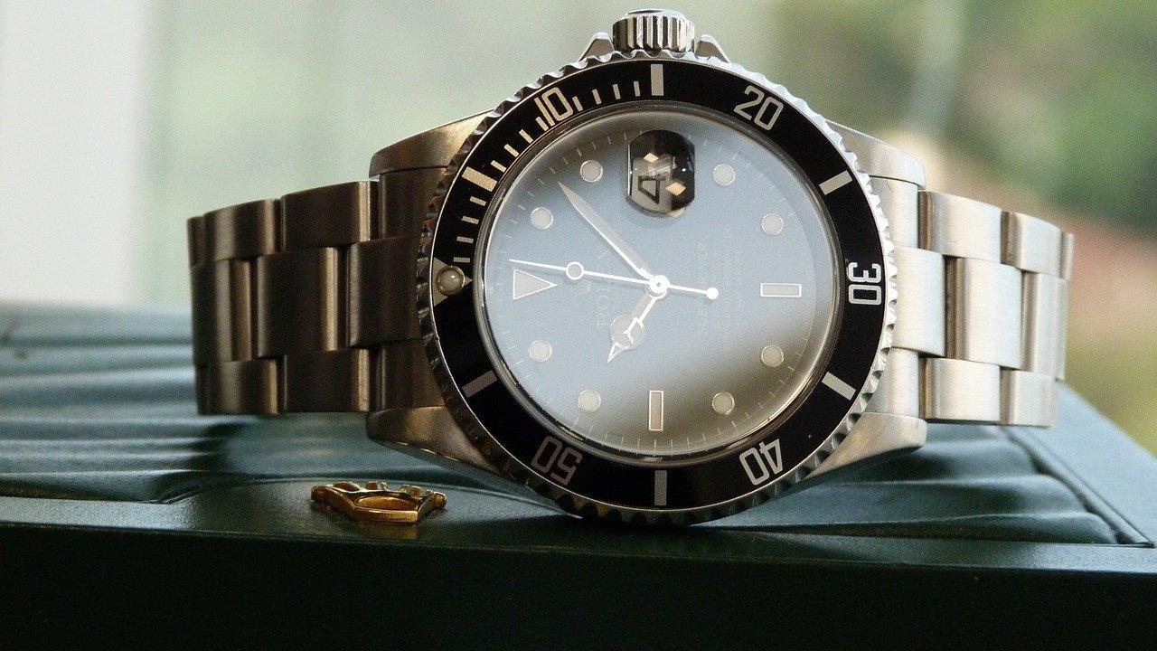 Rolex Submariner liegt auf der Seite auf einem Tisch