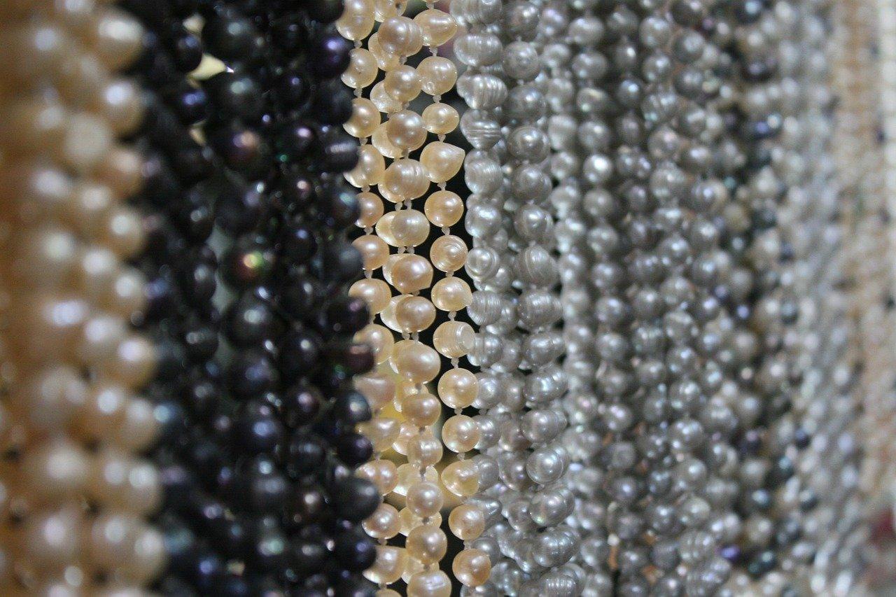 Perlenketten hängen nebeneinander